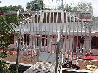Pretection accès berge de seine avec concertina barbelé lames rasoir 22mm combiné avec herses épinoches galva